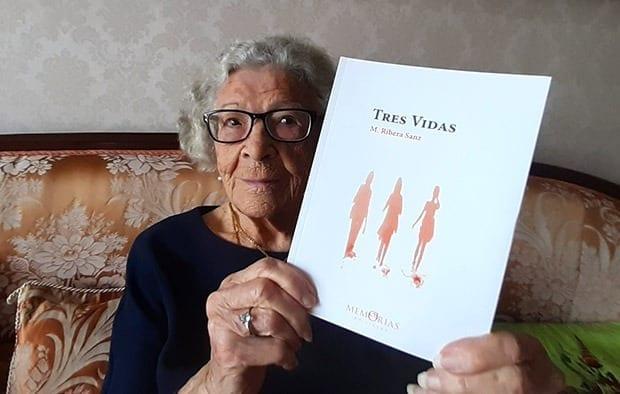 """Mercedes Ribera Sanz amb el seu Llibre de memòries """"Tres vides"""""""
