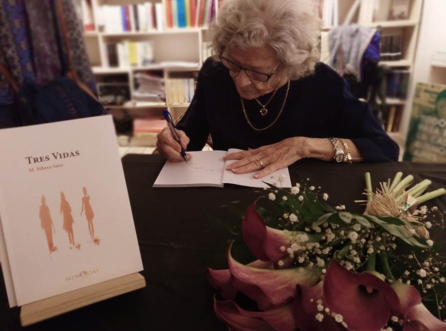 "Mercedes Ribera Sanz firmando su Libro de memorias ""Tres vidas"""